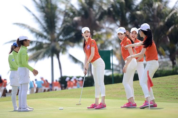 Cách kết hợp thời trang golf cho nữ doanh nhân vô cùng ấn tượng