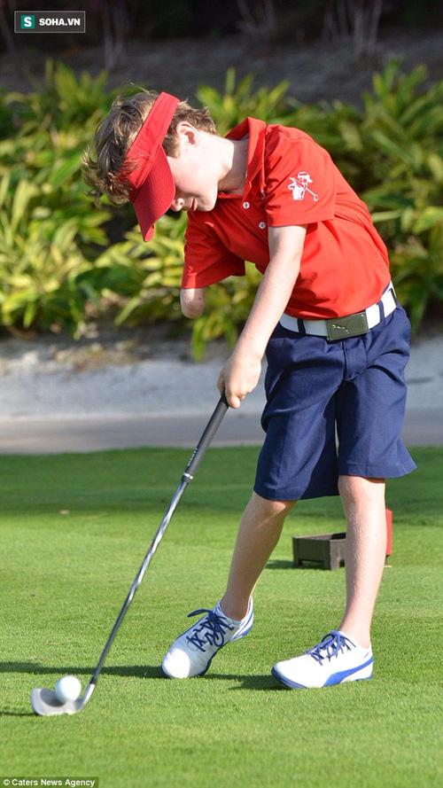 Tay golf 6 tuổi khiến golf thủ tròn mắt