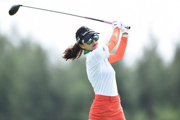 Nữ golf thủ tại giải golf