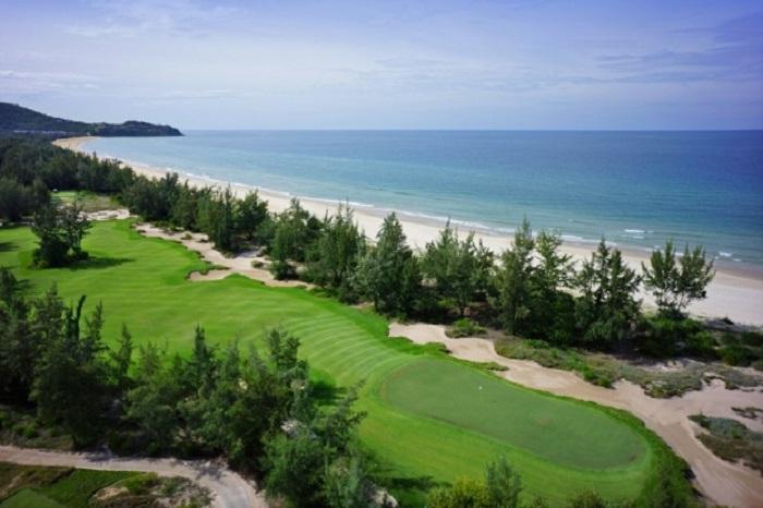 Một góc sân golf Laguna Lăng Cô thơ mộng