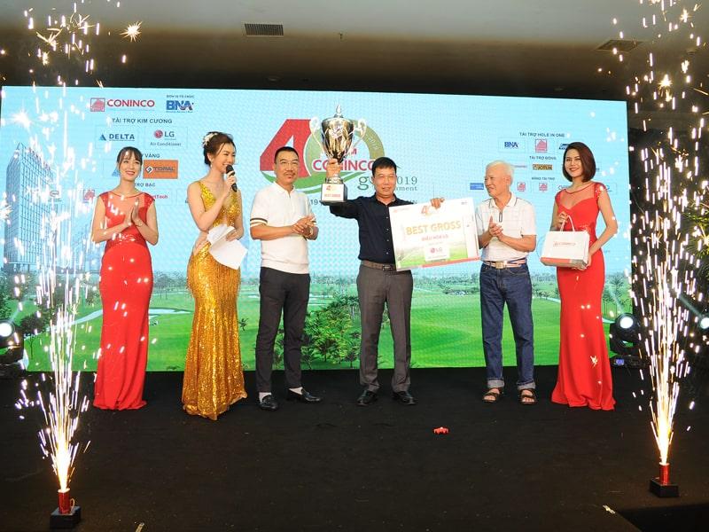 Đặng Văn Thủy dành cup vô địch CONINCO Golf Tournament 2019