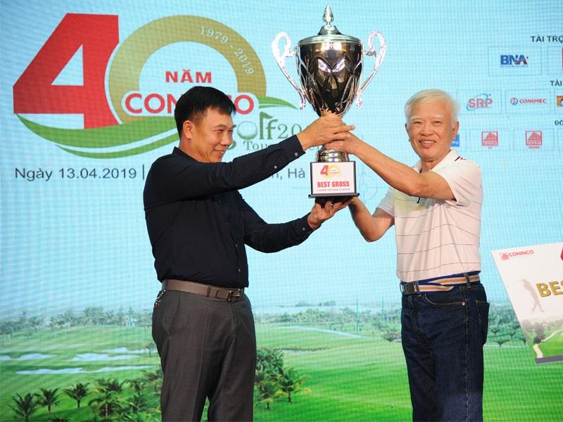 Đặng Văn Thủy nâng cao Cup vô địch CONINCO Golf Tournament 2019
